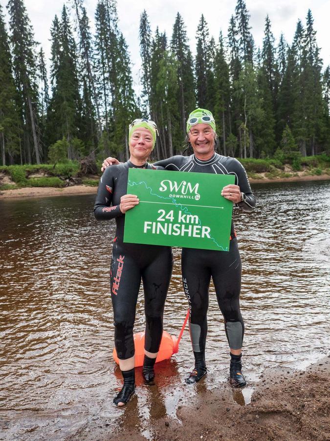 Der Rother Triathlon Trainer Bennie Lindberg mit seiner langjährigen Sport-Freundin Katja Rußhardt nach Beendigung der 24 Kilometer auf dem Oulanka Fluss in Finnland.