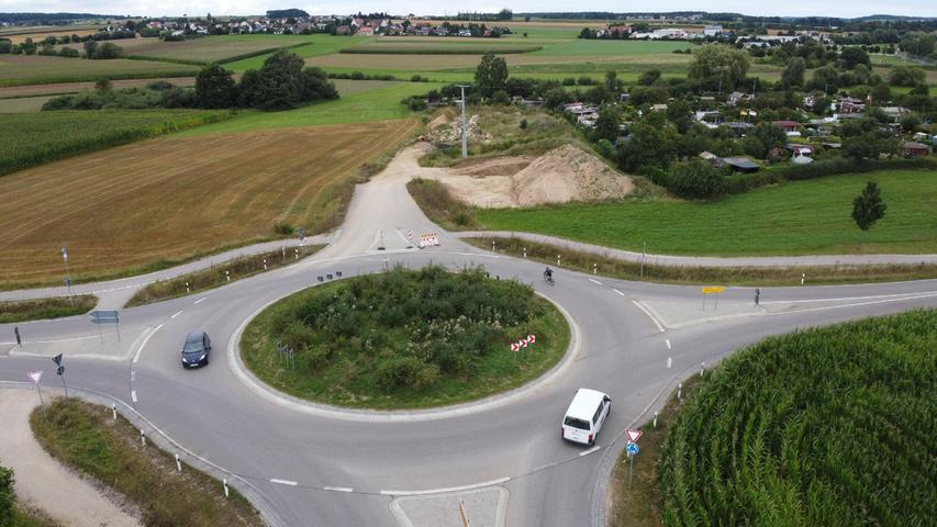 Der für 2022 anvisierte Weiterbau der Weißenburger Westtangente ruft Kritiker auf den Plan. Der zweite Bauabschnitt zwischen Hattenhof (im Hintergrund) und dem Kreisverkehr im Rezatgrund südlich von Weißenburg (im Vordergrund) macht ihrer Meinung nach keinen Sinn, wenn die Abschnitte 3 und 4 nicht folgen. Und danach sehe es aktuell nicht aus.