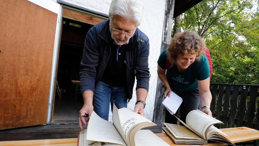 Ein Stück Zeitgeschichte: Die alten Hüttenbücher liefern viele Informationen.
