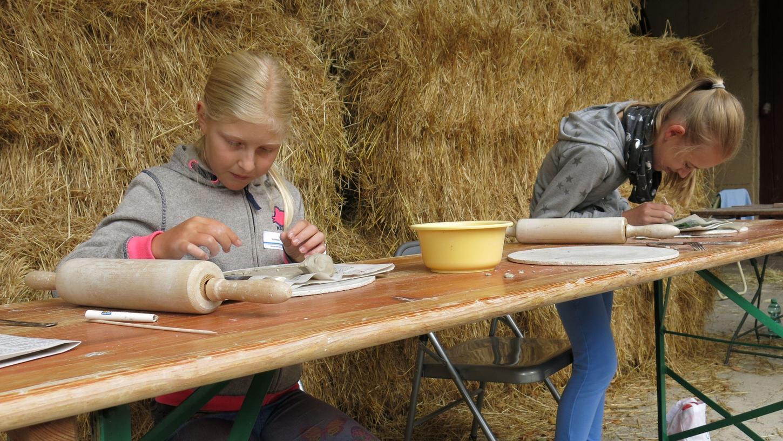 Sehr konzentriert arbeiteten die Kinder innerhalb des Eckentaler Ferienprogramms beim Töpferkurs von Susanne Reuter in Kleingeschaidt mit.