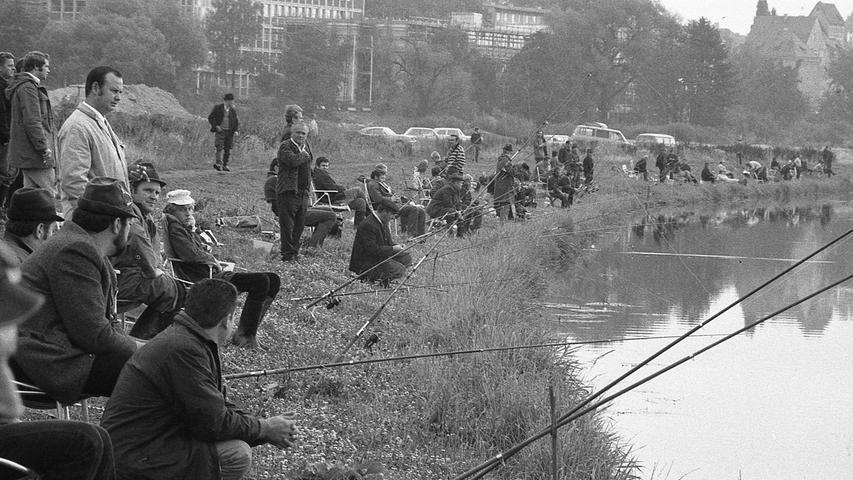 Fisch stand gestern auf dem Küchenzettel vieler Nürnberger Haushalte, denn die Angler aus ganz Bayern hofften heim Preis- und Königsfischen an der Pegnitz von Rückersdorf bis zur Kurgartenbrücke an der Fürther Stadtgrenze und natürlich auch rund um Nürnbergs Fischerparadies, den Wöhrder See, auf gewichtige Beute. Hier geht es zum Kalenderblatt vom30. August 1971: Geduldsprobe beim Wiegen