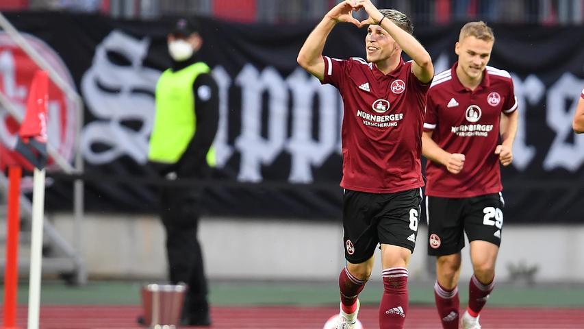 Jubel in Nürnberg: Neuzugang Lino Tempelmann macht die Club-Fans glücklich, als er in der 50. Minute die Kugel im zweiten Versuch über die Linie bugsiert. Der FCN führt dank dem Oberbayern mit 1:0.