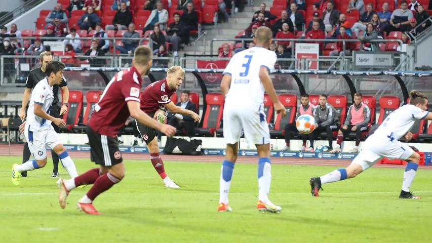 Der Klauß-Club kommt bärenstark aus der Kabine. Nach dem 1:0 presst der FCN weiter und kommt in Persona von Nikola Dovedan zur nächsten Chance – fast das 2:0.