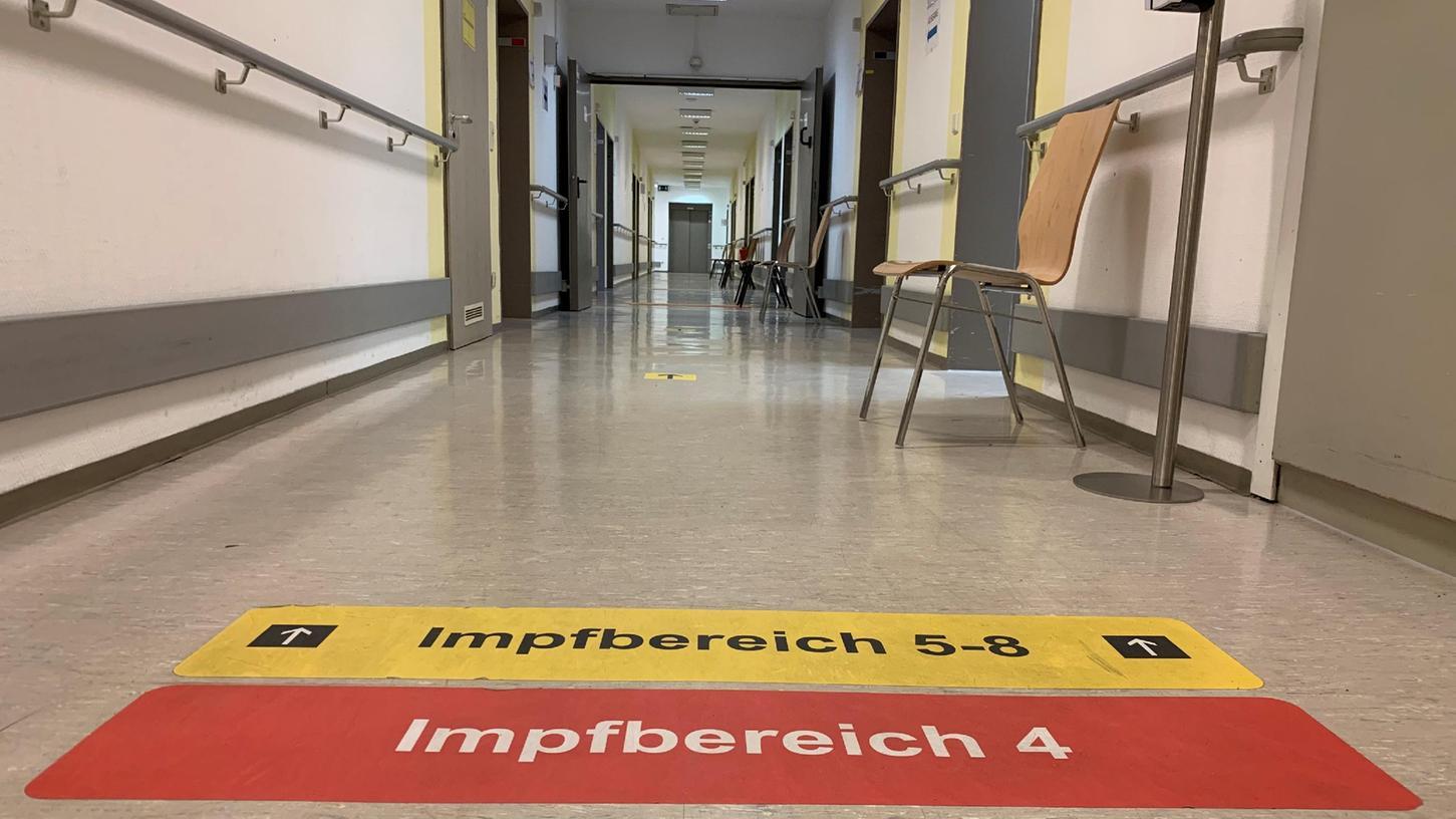 Bitte Platz nehmen: Das Fürther Impfzentrum an der Rosenstraße hat viel mehr Kapazitäten, als derzeit abgerufen werden.
