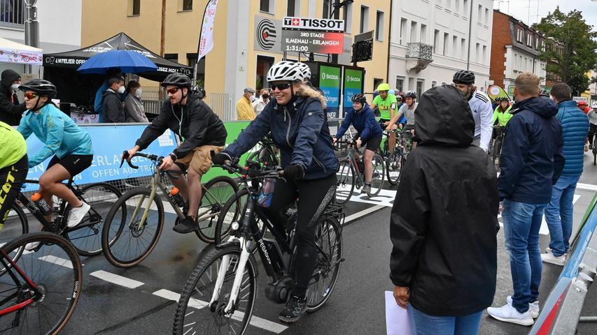 In Erlangen waren 160 Fahrer und Fahrerinnen dabei - trotz Regenwetter. Mittags zogen immer wieder Schauer über die Stadt. Die Radler aber störte das nicht.