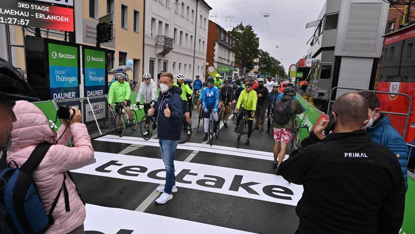 Erlangens Sport-Bürgermeister Jörg Volleth, selbst gerne auf dem Rad unterwegs, gab den Startschuss.