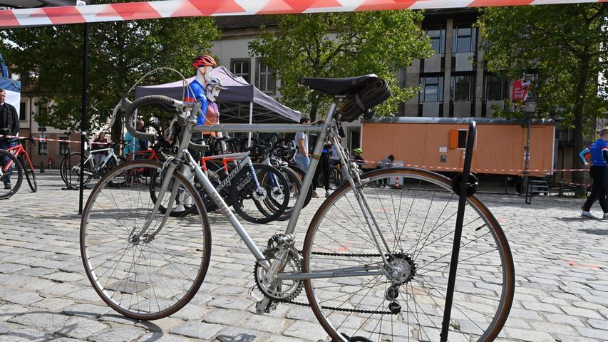 Mit dabei waren auch echte Retro-Räder, unter anderem ein Rennrad, das im Jahr 1934 bei der Tour de France am Start war.