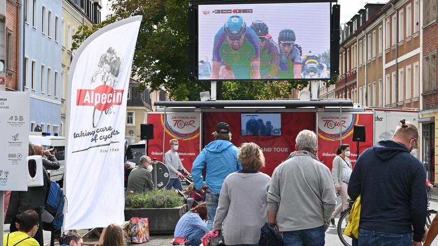 Die Besucher konnten an großen Leinwänden das spannende Rennen von Ilmenau nach Erlangen verfolgen.