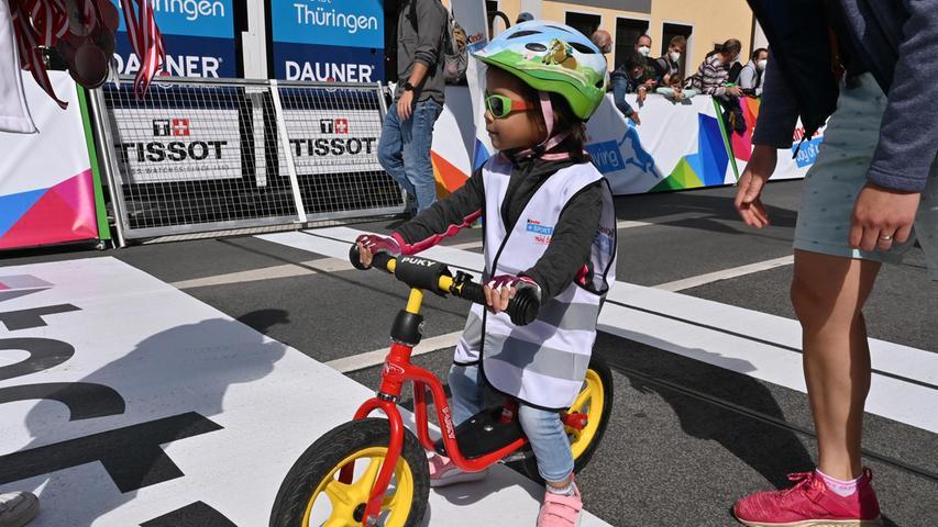 Ein besonderes Highlight ist das Laufradrennen für alle zwei bis fünfjährigen Kinder, bei dem die Kleinstendie letzten Meter der Zielgerade der Profis abfahren.