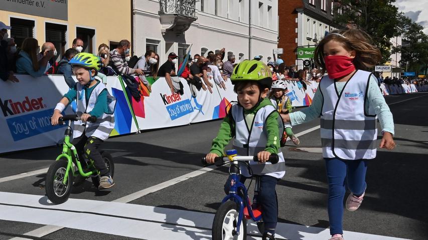 Etwa 250 Kinder waren dabei - und starteten in vier Gruppen. Manche waren richtig schnell, die Eltern sprinteten hinterher.