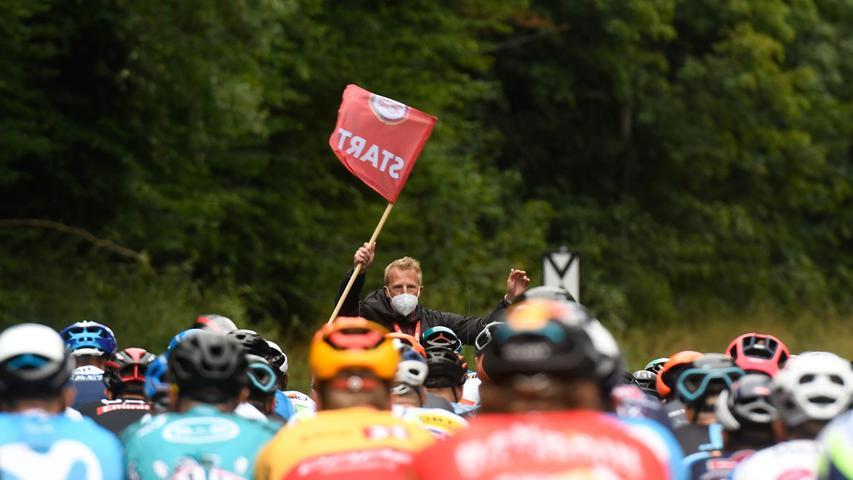 Zunächst aber ging es für die Profis in Ilmenau in Thüringen los. Rennleiter Fabian Wegmann gab mit der roten Fahne den scharfen Start frei.