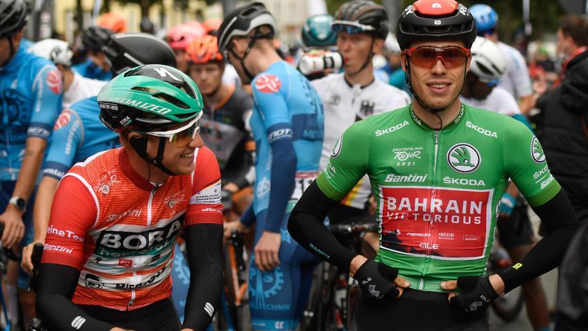 Die Deutschen Pascal Ackermann (links) vom Team Bora-Hansgrohe im roten Trikot des Gesamtführenden und Phil Bauhaus vom Team Bahrain Victorious im grünen Trikot des Sprintbesten, das als Zweitbester der Wertung in Vertretung für Ackermann trägt, standen vor dem Start zusammen.