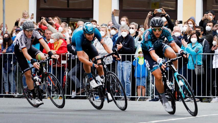 Zunächst kam eine Spitzengruppe aus drei Fahrern in Erlangen an.