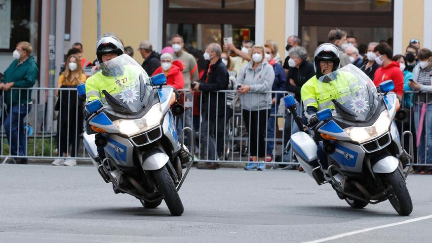 Begleitet werden die Rennfahrer von einer Vielzahl an Polizeifahrzeugen.