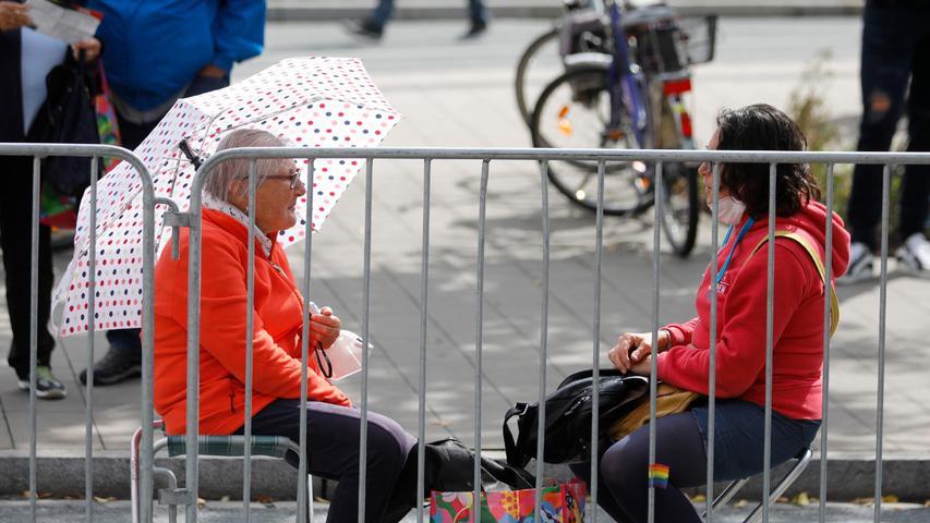 Sie hatten den besten Platz:Margarete Rauscher (links) und ihre Tochter Katja, hier noch beim Warten auf die Profis.