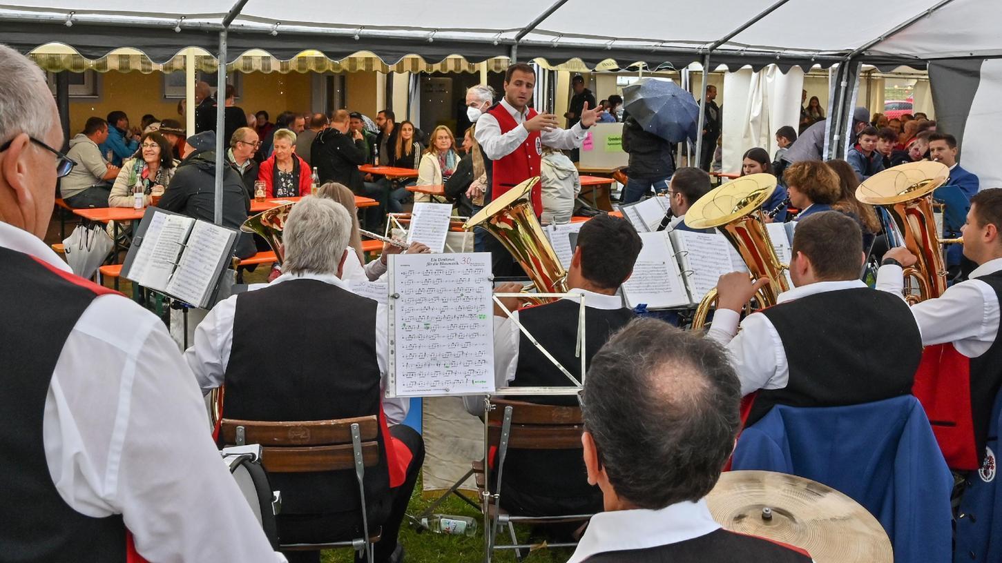 Beim Frühschoppen am Sonntag spielte die Jahrsdorfer Blaskapelle. Die Einnahmen des zweitägigen Benefizbiergartens werden für Harrers Therapie gespendet.