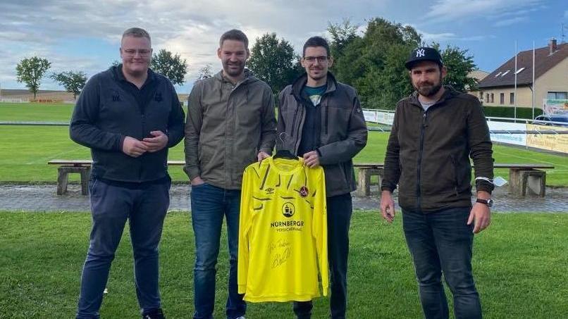 Club-Keeper Mathenia schickte ein unterschriebenes Trikot, um Ex-Keeper Fabian Harrer (2.v.re.) Mut zu machen. Links Hauptorganisator Dirk Krämer.