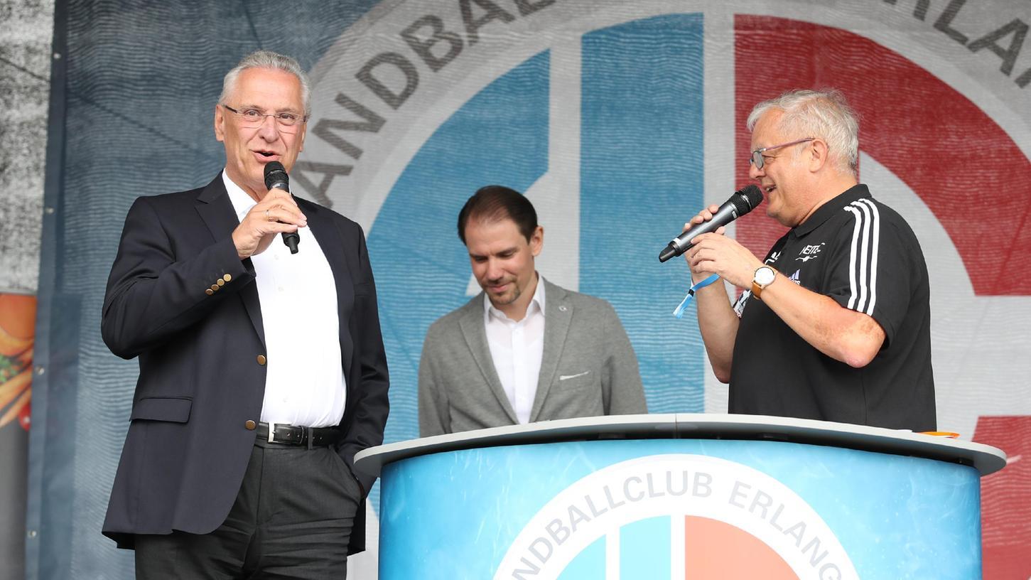 Die Politik im Fokus: Joachim Herrmann holte sich von den HCE-Fans Applaus für seine Ankündigungen ab.