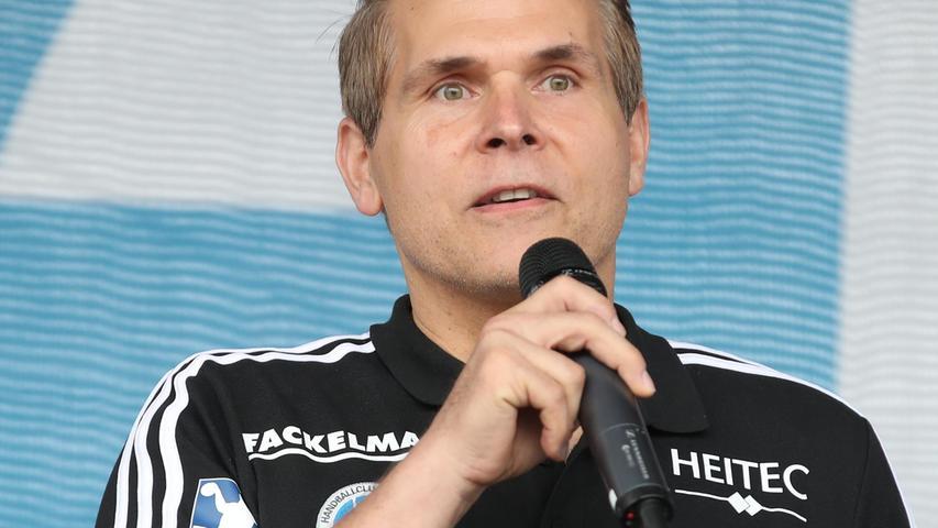 29.08.2021 --- Handball --- 1. Bundesliga LIQUI MOLY HBL --- Saison 2021 2022 ---  Saisoneröffnung HC Erlangen Metropolregion Nürnberg HCE --- Foto: Sport-/Pressefoto Wolfgang Zink / DaMa ---   Thomas Hankel (Co-Trainer HC Erlangen HCE ) spricht zu Zuschauer / Publikum / Fans