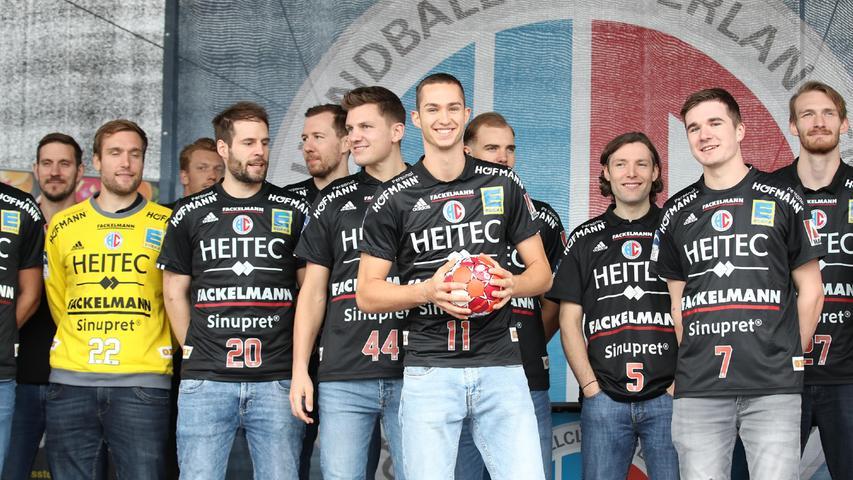 29.08.2021 --- Handball --- 1. Bundesliga LIQUI MOLY HBL --- Saison 2021 2022 ---  Saisoneröffnung HC Erlangen Metropolregion Nürnberg HCE --- Foto: Sport-/Pressefoto Wolfgang Zink / DaMa ---   Gruppenbild Mannschaftsbild Teambild mit dem neuen Trikot Adidas-Trikot Adidas