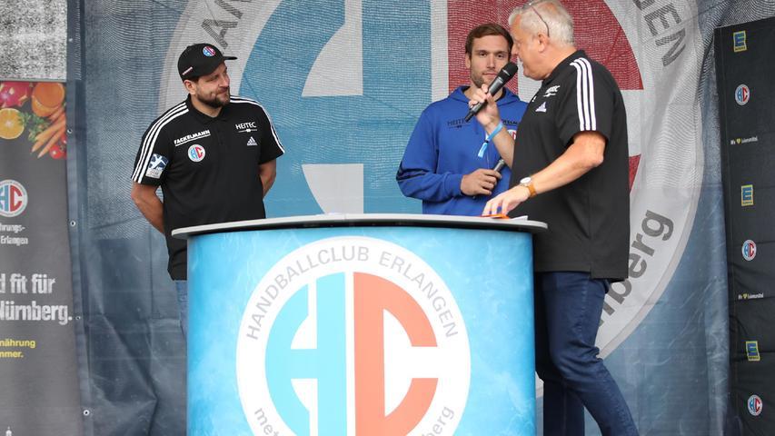 29.08.2021 --- Handball --- 1. Bundesliga LIQUI MOLY HBL --- Saison 2021 2022 ---  Saisoneröffnung HC Erlangen Metropolregion Nürnberg HCE --- Foto: Sport-/Pressefoto Wolfgang Zink / DaMa ---   Martin Ziemer (1, HC Erlangen HCE ) Klemen Ferlin (22, HC Erlangen HCE ) auf Bühne mit Gerald Kappler (Hallensprecher HC Erlangen HCE )