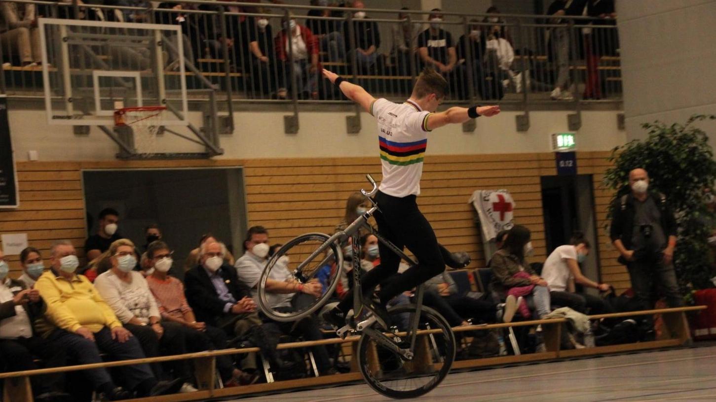 Unnachahmlich ausbalanciert vollführte Kunstrad-Weltmeister Lukas Kohl seine Küren in den ersten Qualifikationsläufen zur Deutscher Meisterschaft.