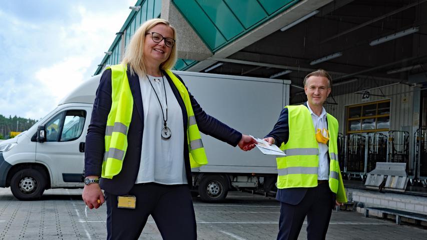 Klaus Vollmer ist Geschäftsführer der dataform dialogservices GmbH. Der Dienstleister druckt und kuvertiert binnen weniger Tage die Wahlbenachrichtigungsbriefe und übergibtsie der Deutschen Post.Anna Bugert ist dieLeiterin des Briefzentrums Nürnberg.