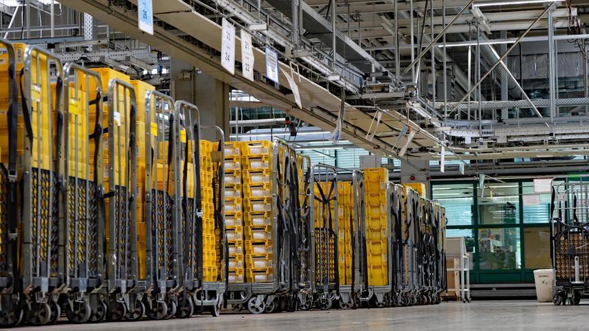 Im Briefzentrum Nürnberg sortieren und verteilen die Mitarbeiterinnen und Mitarbeiter der Deutschen Post die Wahlbenachrichtigungen für ganz Mittelfranken. Davon entfallen 335.401auf das Stadtgebiet Nürnberg.In solchen gelben Postkisten werden sieverarbeitet.