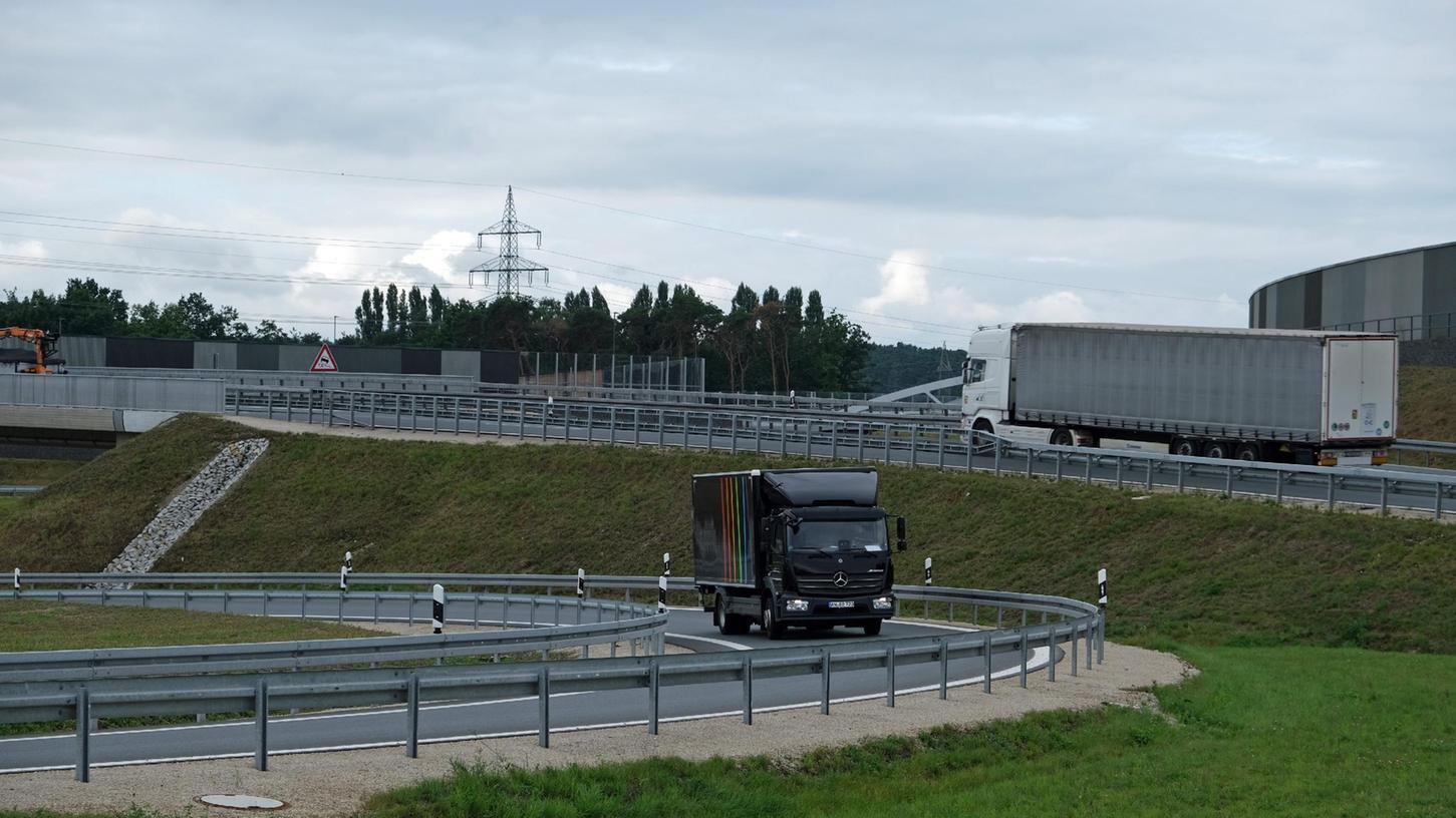 Das Autobahnkreuz Fürth-Erlangen ist wieder offen. Hier nutzen Lkw den neuen Overfly.