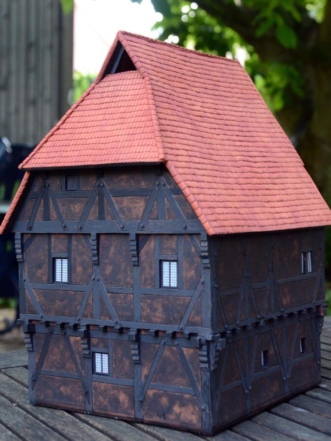 """Ein Ton-Modell zeigt die """"Kapell 1"""" zur Bauzeit im frühen 15. Jahrhundert. Damals war das Haus mit Bisterlasur schwarz gestrichen, einer Kaseinfarbe mit Ruß. Dies hielt im Mittelalter die Insekten ab."""