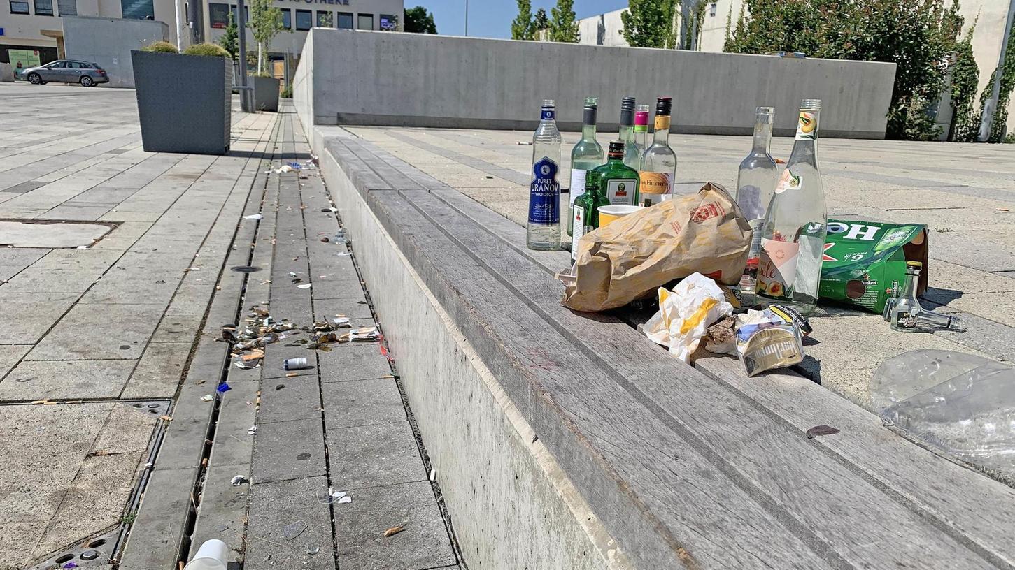 Bilder, die keiner sehen will: Scherben, Kippen und Flaschen am Oberasbacher Rathausplatz. Hilft es, das Areal mehr zu bespielen?
