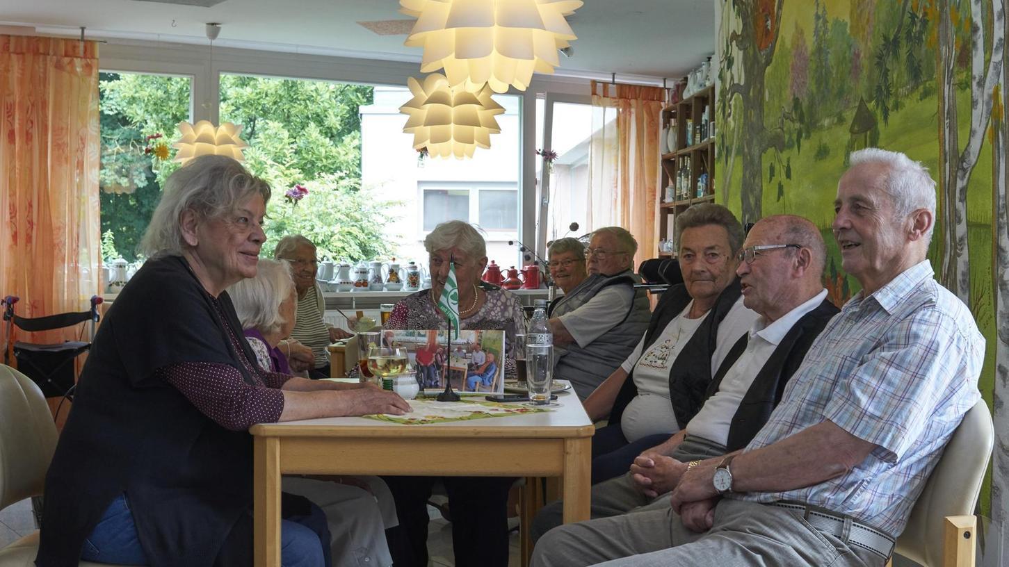 """""""Wir hoffen, es gibt keine vierte Welle – da haben wir gar keinen Bock drauf"""", sagt Werner Finkler (2. v. re.), der sich im Café des Fritz-Rupprecht-Heims gerne mit anderen Bewohnerinnen und Bewohnern trifft."""