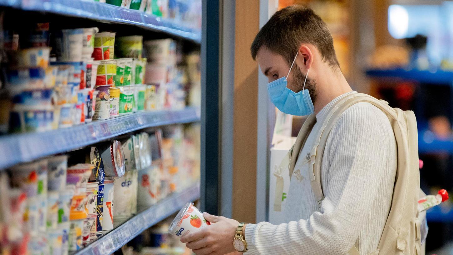 Ab Donnerstag dürfen Kunden auch mit OP-Masken wieder ins Geschäft.