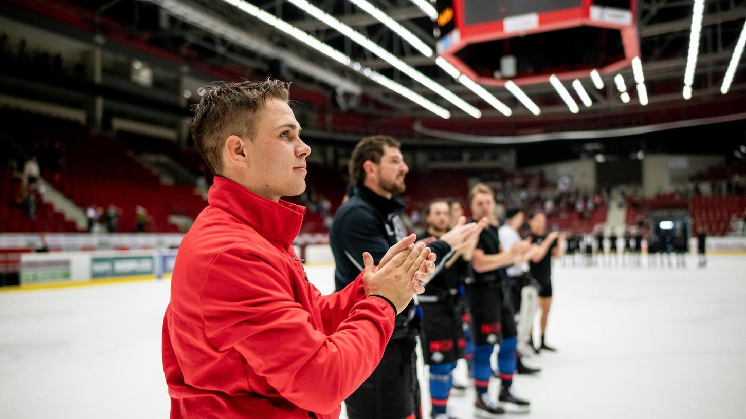 Thanks, Fans: Nach dem 3:4 bedankten sich Dennis Lobach (vorne) und die Ice Tigers in Karlsbad bei 250 Anhängern.