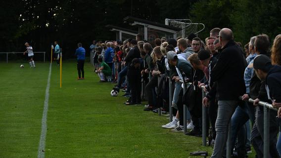 Dicht gedrängt standen die Zuschauer entlang des Sportplatzes in Pfofeld.