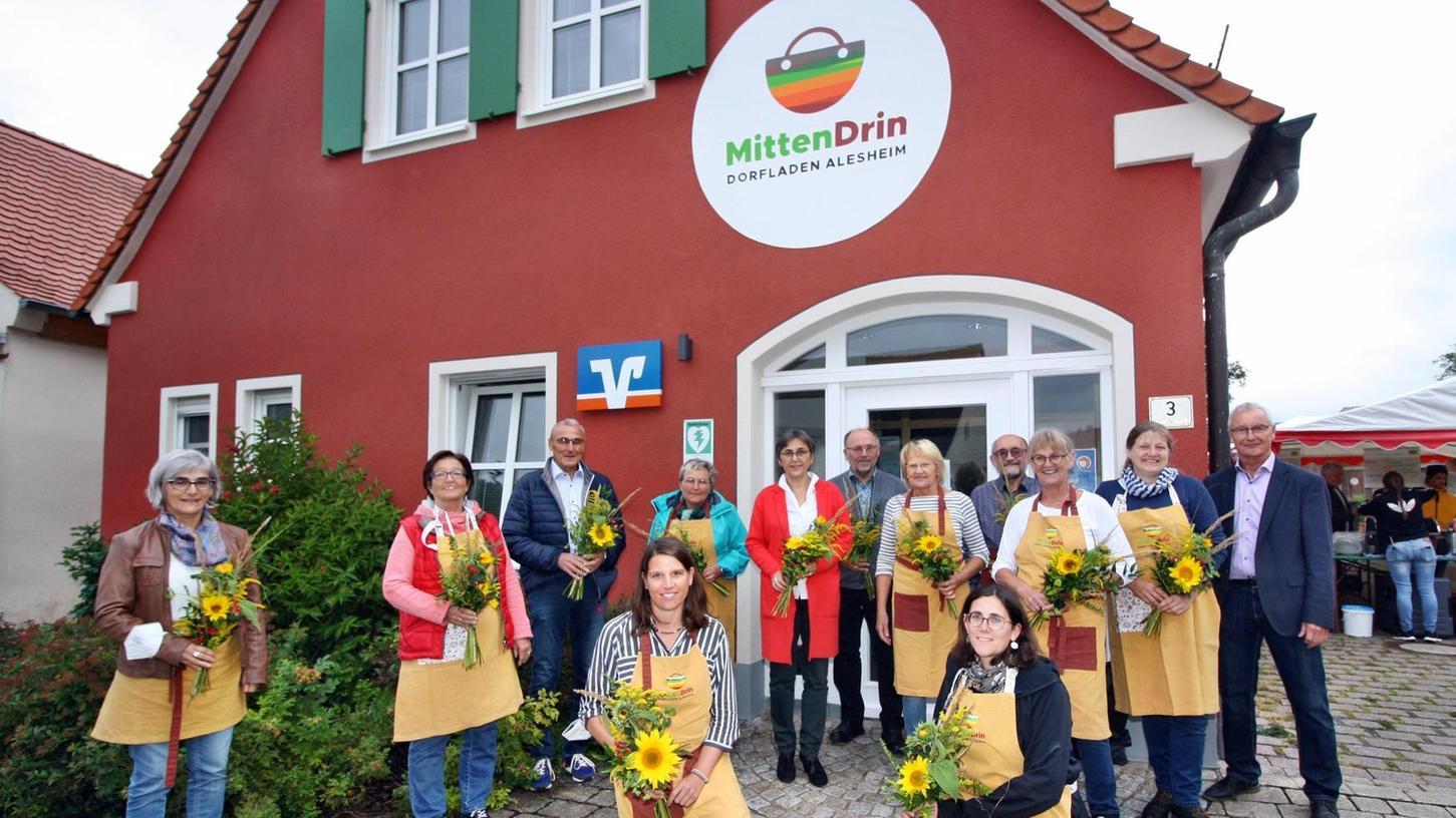 """Das Team hinter dem Projekt: Die Aktiven des Fördervereins """"MittenDrin"""" sorgen für den Betrieb des Dorfladens."""