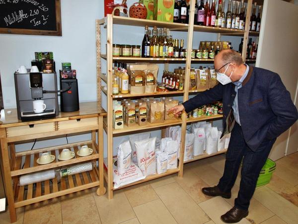 Landrat Manuel Westphal ist im Dorfladen schon regelmäßiger Kunde, Stellvertreter Günter Obermeyer (im Bild) will nun auch des Öfteren vorbeischauen.