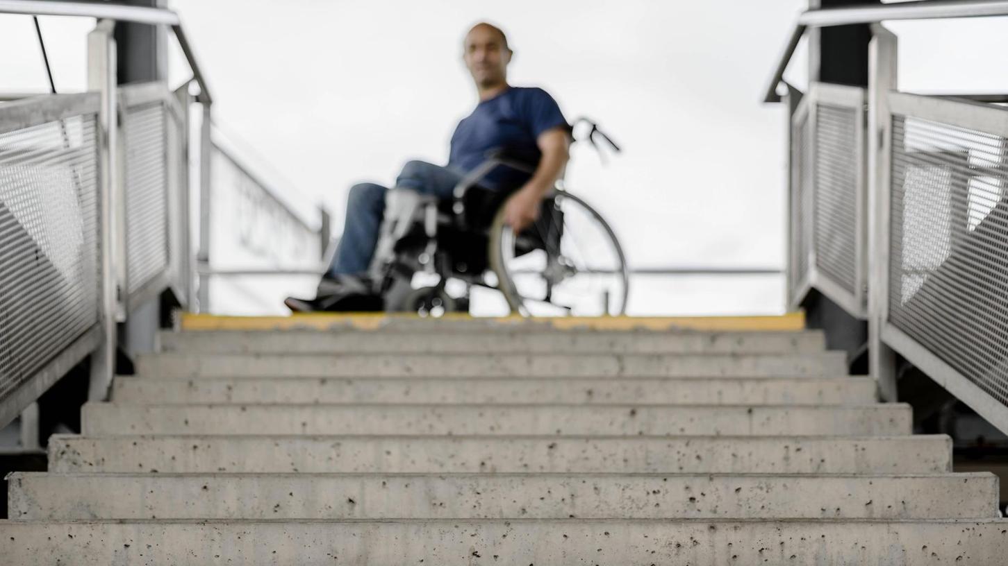 An Bahnhöfen ohne Aufzügen ist für Menschen im Rollstuhl in der Regel Endstation. Eine Situation, die Betroffene nur zu gut vom Fürther und Zirndorfer Bahnhof kennen.