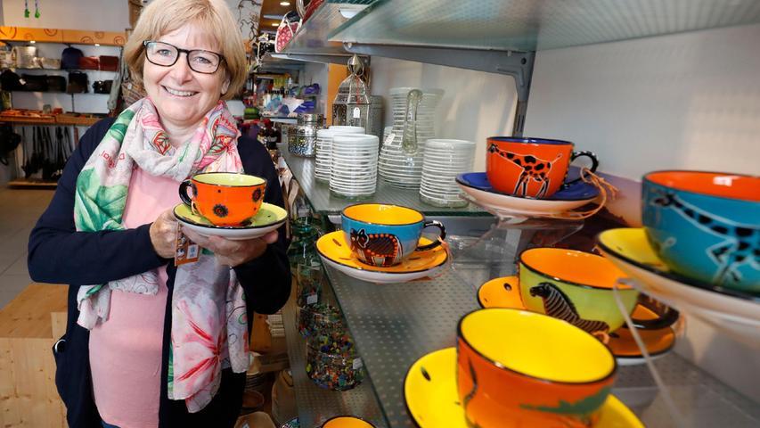 Das bunte Geschirr aus Neumarkts Partnerstadt Drakenstein in Südafrika gefällt Ruth Dorner besonders. Künstler haben es gestaltet.