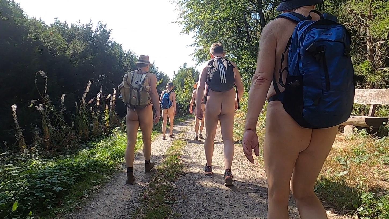 Mitglieder einer Nacktwandergruppe in der Eifel.