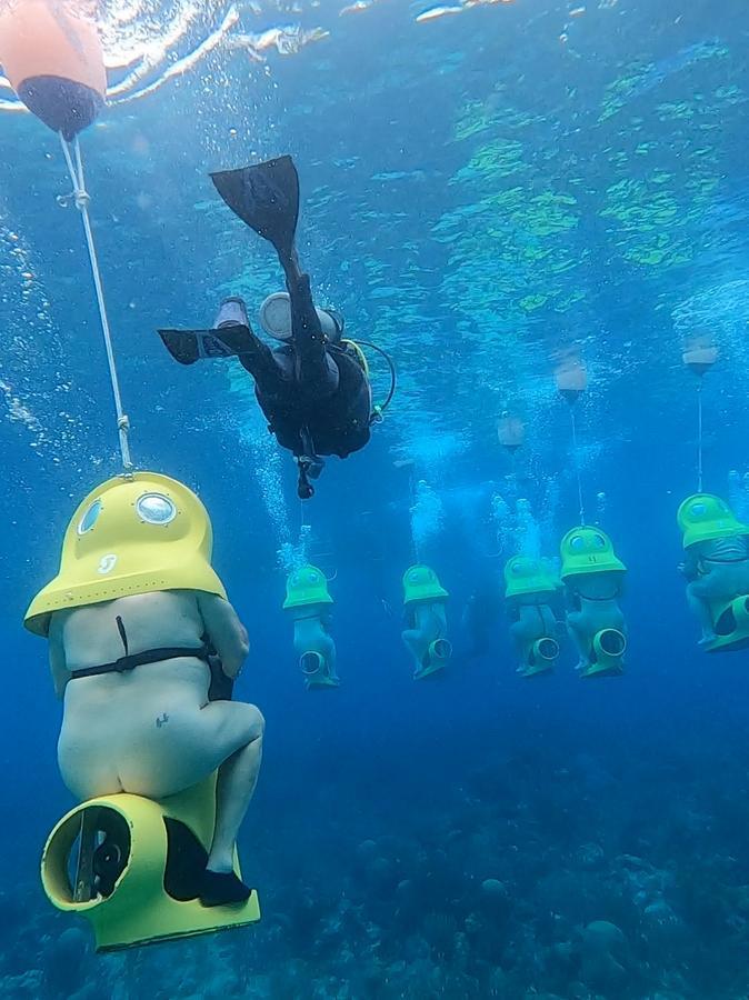 Teilnehmer der Nacktkreuzfahrt bei einer Exkursion mit Unterwasserscootern