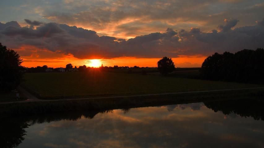 Nach einen trüben Tag riss am Abend die Wolkendecke auf und ein wunderschöner Sonnenuntergang war am Main-Donau-Kanal in Erlangen zu bestaunen.