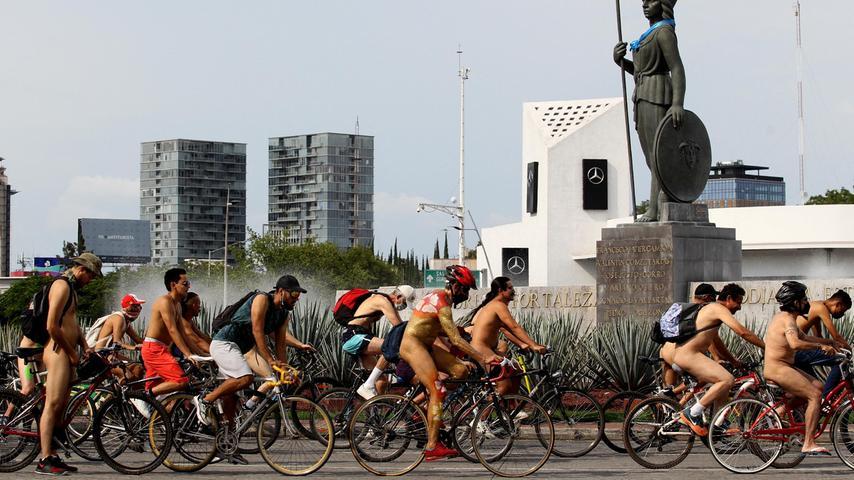Radfahrer nehmen am 10. Juli 2021 in Guadalajara, Mexiko, am World Naked Bike Ride teil, um gegen Autos, Abgasemissionen und aggressive Autofahrer zu protestieren. Der Naked Bike Ride ist ein Weltereignis, bei dem Radfahrer gegen Autokultur und Ölabhängigkeit protestieren.
