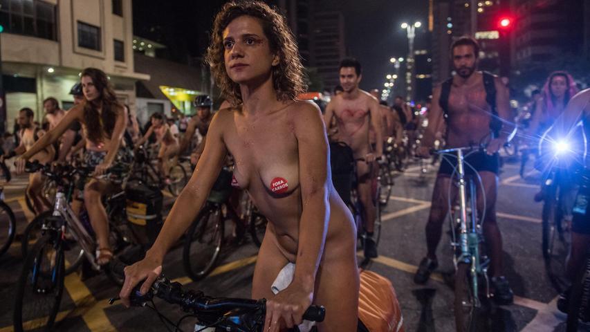 Nackte Radfahrer fahren mit ihren Fahrrädern entlang der Avenida Paulista in Sao Paulo, Brasilien, als Teil der internationalen Bewegung World Naked Bike Ride (WNBR).