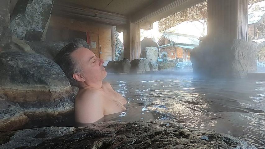 Bei einem heißen Bad in Japan sitzen völlig Unbekannte nebeneinander im Wasser.