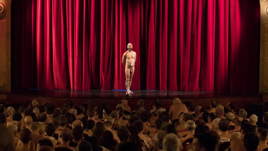Ein nackter Mann steht auf der Bühne, während nackte Menschen am 20. Januar 2019 im Theater Palais des Glaces in Paris das FKK-Stück