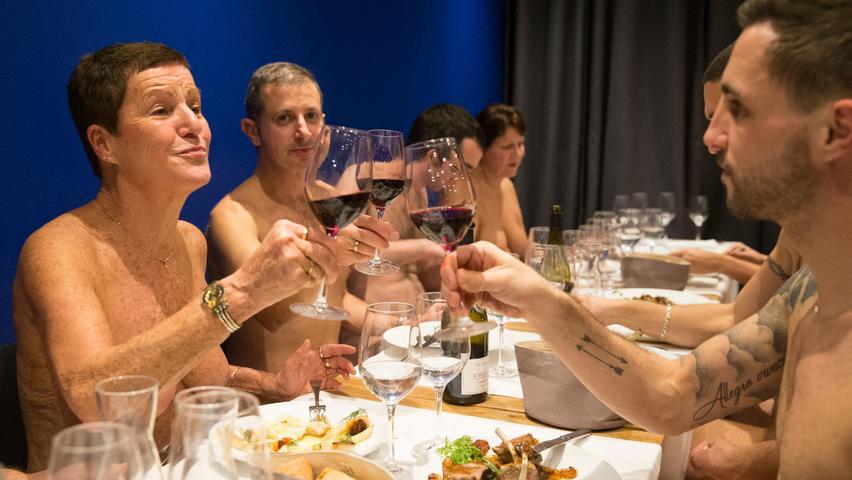 Lassen Sie Mäntel, Hosen und Hemmungen vor der Tür: Ein Pariser Restaurant serviert seinen Gästen klassische französische Gerichte nackt.