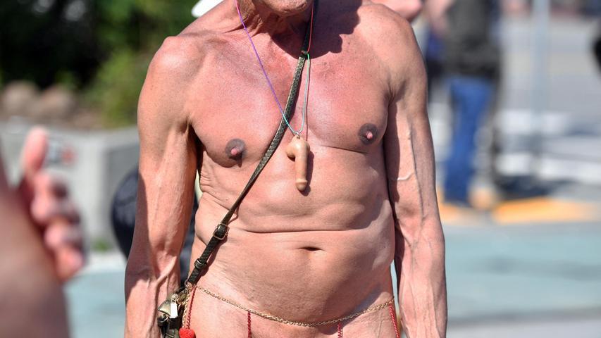 Ein Mann mit einer Peniskette besucht dieNude Love Parade in San Francisco.