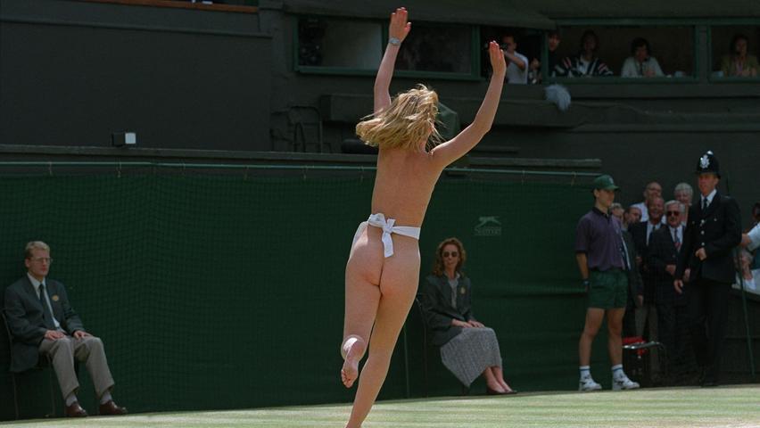 Ein Flitzer läuft über den Center Court kurz vor dem Finale im Herreneinzelbei den Wimbledon-Meisterschaften 1996.