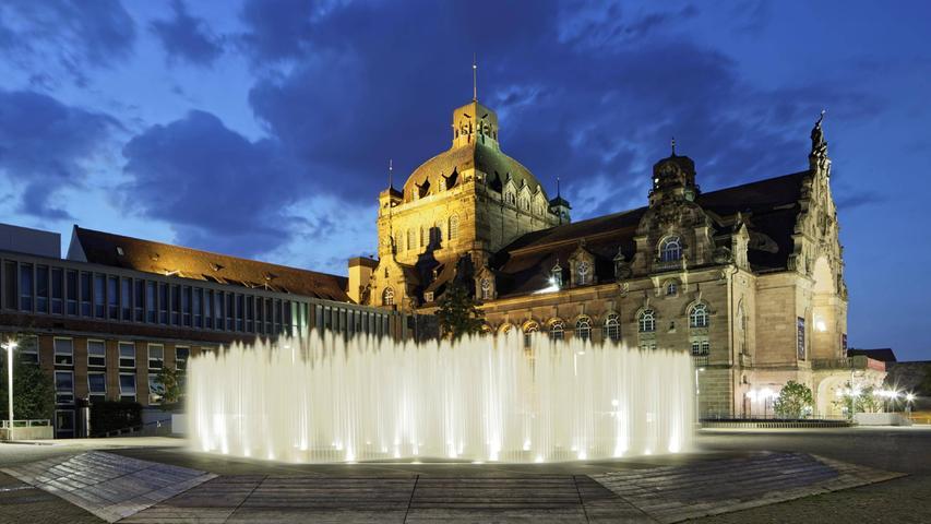 Der große Platz vor dem Opernhaus soll nach der Sanierung ein lebendiger städtischer Treffpunkt werden.